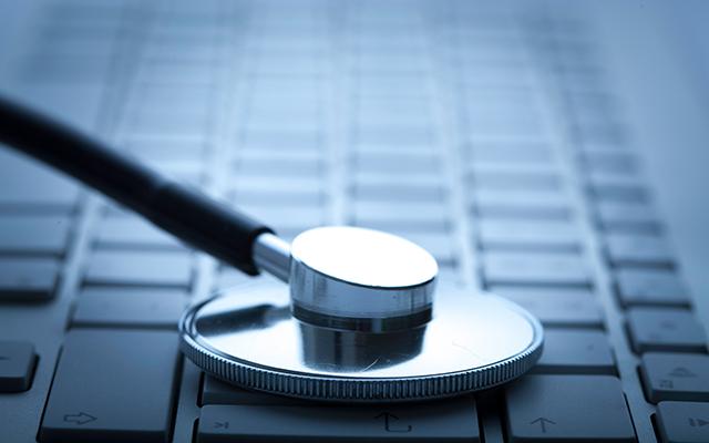 Stetoskop auf der Tastatur hört den IT-Heartbeat